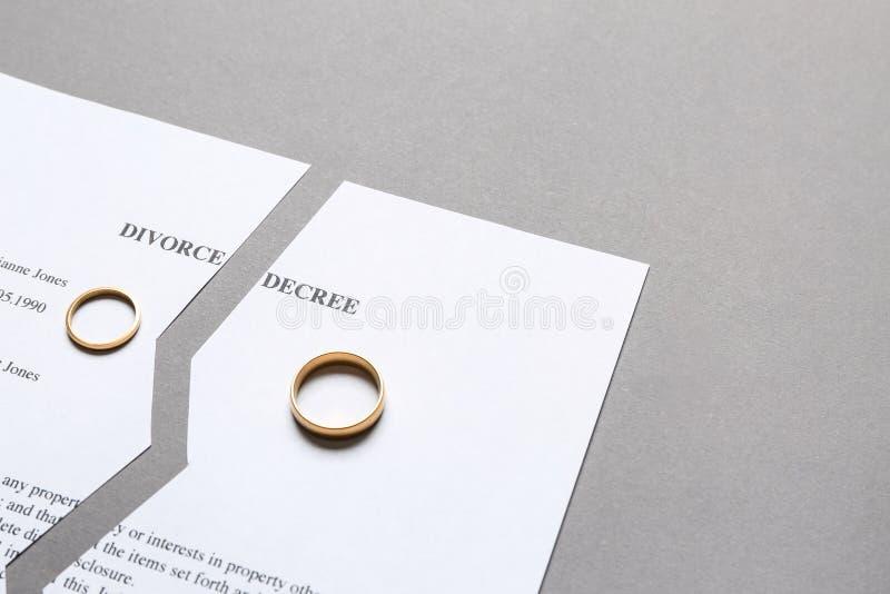Decreto lacerato di divorzio su fondo grigio fotografia stock
