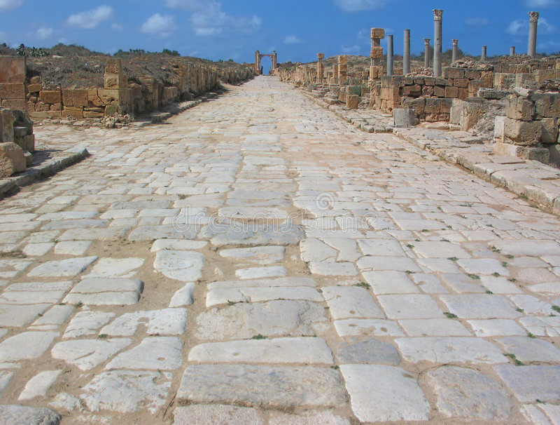Decumanus maximus Straße im Leptis Magna lizenzfreie stockbilder