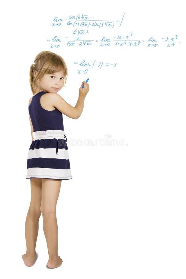 Decyzi schoolwork - mała uczennica rozwiązuje ciężkiego równanie zdjęcie stock