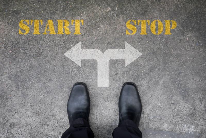 Decyzja robić przy przecinającą drogą - początek lub przerwa obraz stock