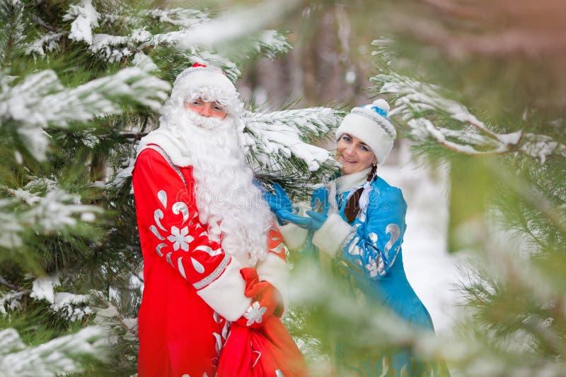 Ded Moroz (padre Frost) e Snegurochka (ragazza della neve) con i regali insaccano fotografie stock libere da diritti