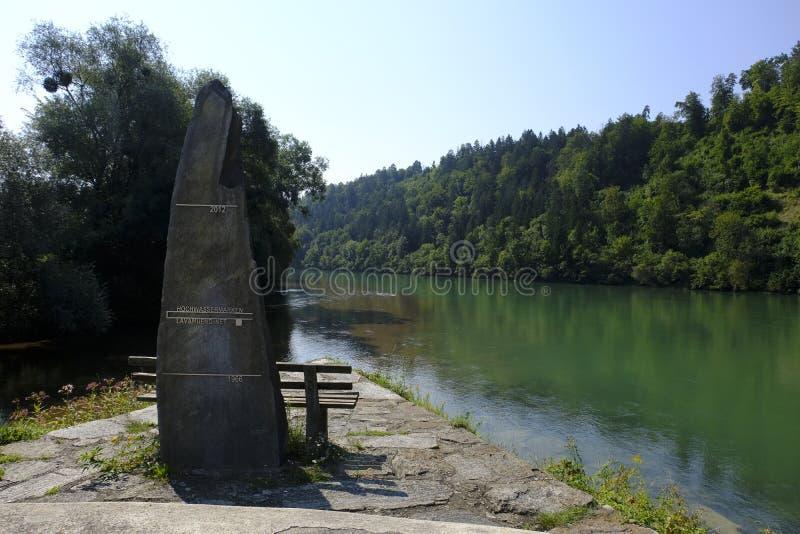 Dedicato commemorativo da sommergersi sul fiume del Drava in Lavamund, Carinzia Austria fotografia stock