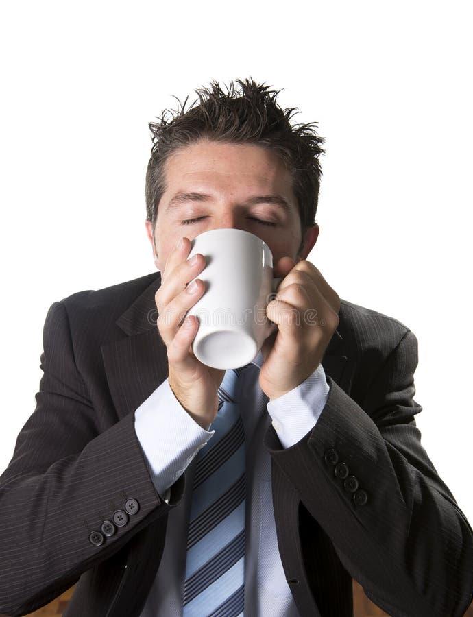 Dedique-se o homem de negócios no terno e amarre-se guardar a xícara de café como o maníaco no apego da cafeína fotos de stock