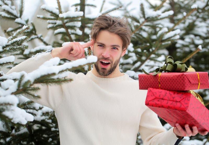 Dedo apontando macho com presentes no dia de inverno foto de stock