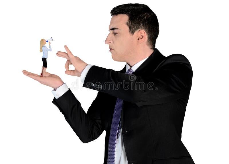 Dedo arrogante do homem de negócio que lança na mulher pequena fotos de stock royalty free