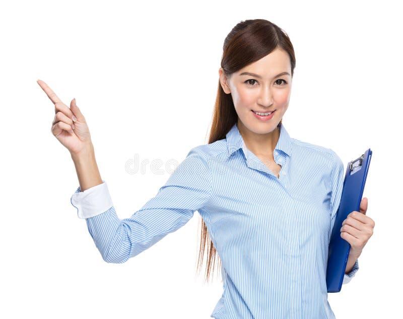 Dedo asiático da prancheta da posse da mulher de negócios acima foto de stock