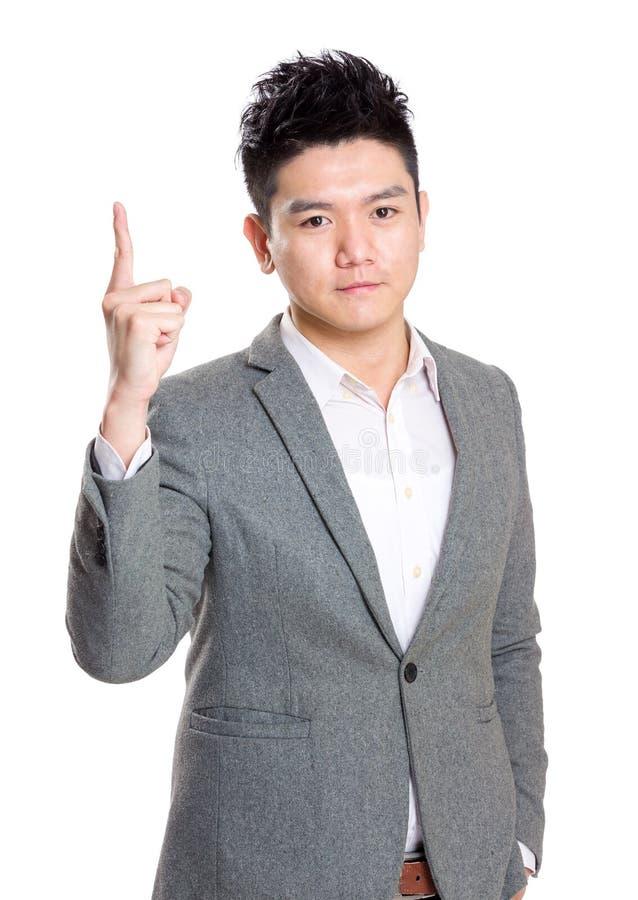 Dedo asiático do homem de negócio que aponta acima imagem de stock royalty free
