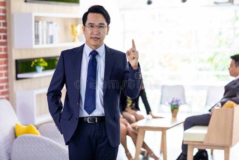 Dedo asiático do ponto do homem de negócios acima foto de stock royalty free