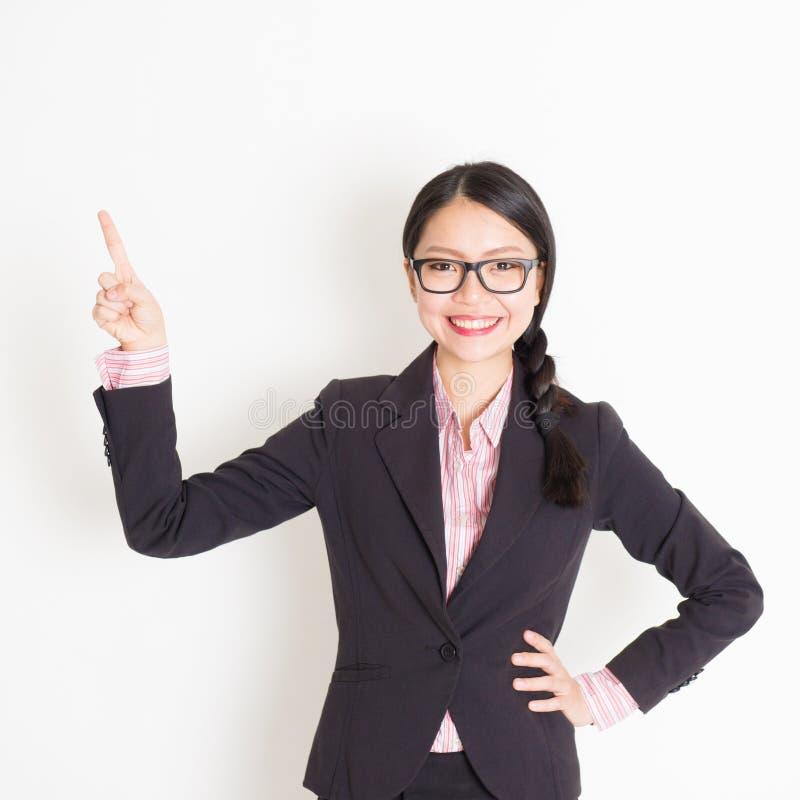 Dedo da mulher de negócios que aponta algo fotos de stock