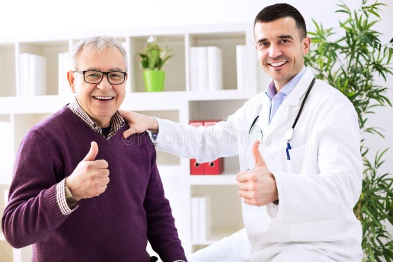 Dedo das mostras do especialista e do paciente do doutor acima fotografia de stock royalty free