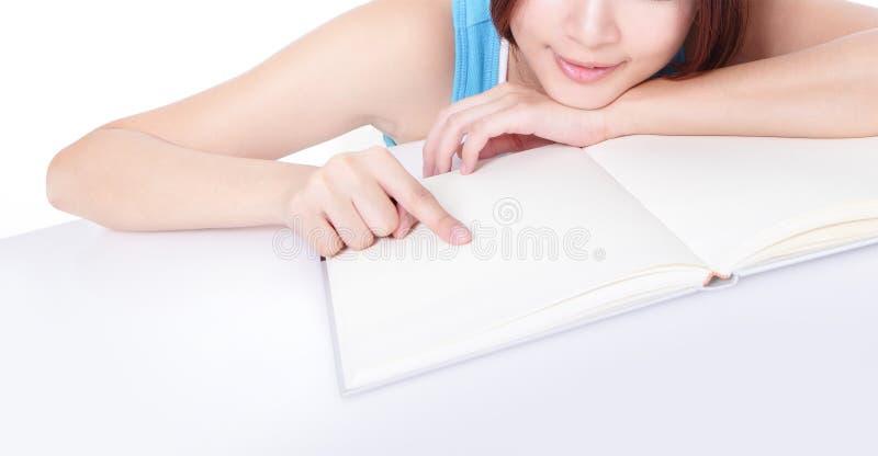 Dedo de la muchacha que señala el libro con el espacio de la copia imágenes de archivo libres de regalías