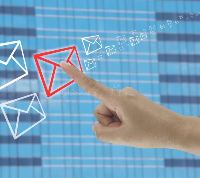 dedo de toques do homem de negócios no ícone do envelope imagens de stock royalty free