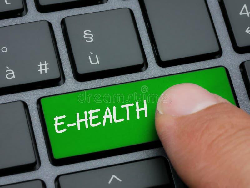 Dedo do close up que datilografa na e-saúde chave no teclado de computador fotografia de stock royalty free