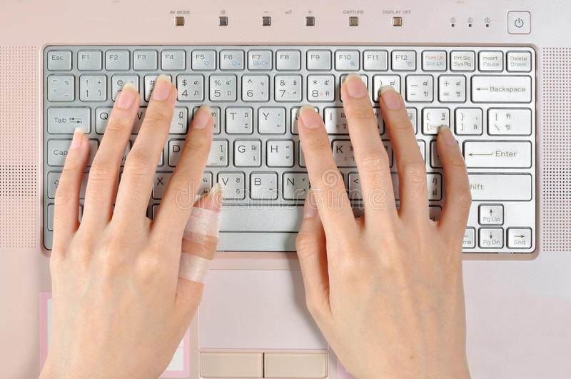 Dedo doloroso quando uso prolongado do teclado de computador fotos de stock royalty free
