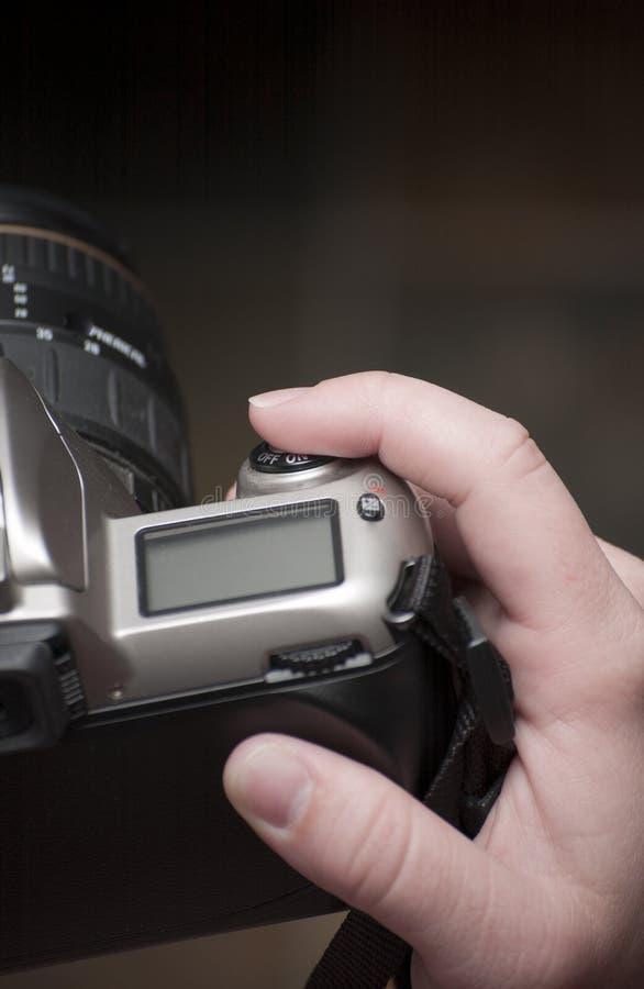 Dedo femenino en el botón del obturador fotografía de archivo