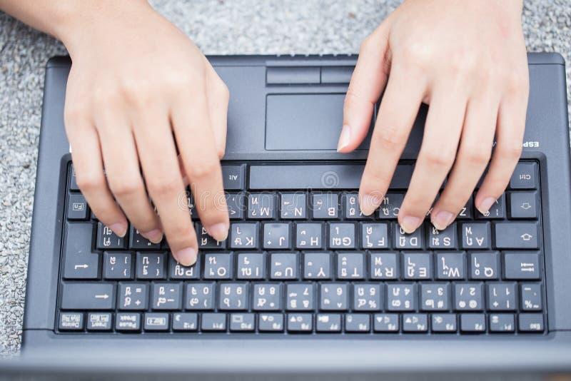 Dedo no teclado do portátil estilo de vida de trabalho, datilografia da mulher de negócio do close up foto de stock