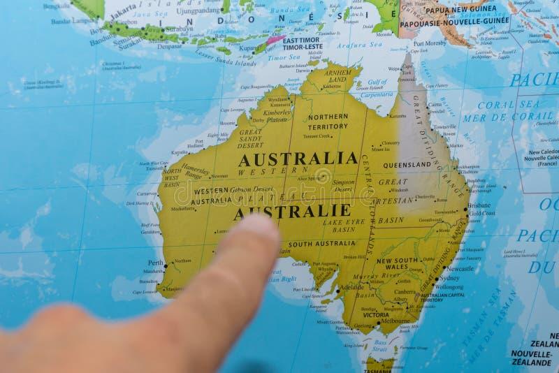 Dedo que aponta a um mapa colorido do pa?s de Austr?lia em franc?s e em ingl?s foto de stock royalty free
