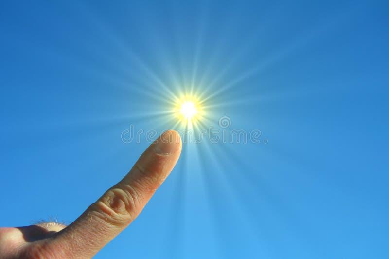 Dedos céu e sol da mão imagem de stock