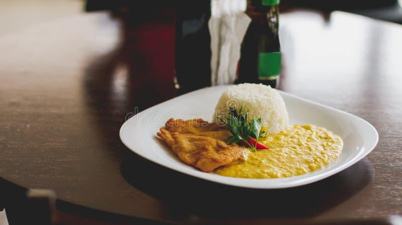 Dedos da galinha, creme do milho um arroz fotografia de stock