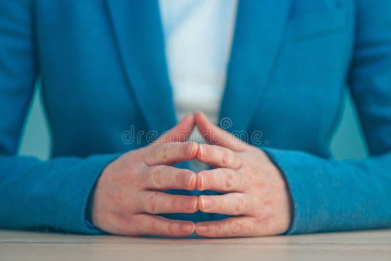 Dedos de Steepled da mulher de negócio como sig seguros do gesto de mão imagem de stock royalty free