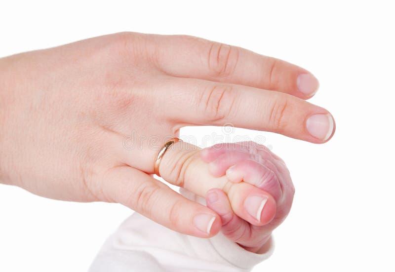 Dedos del bebé y de la madre imágenes de archivo libres de regalías