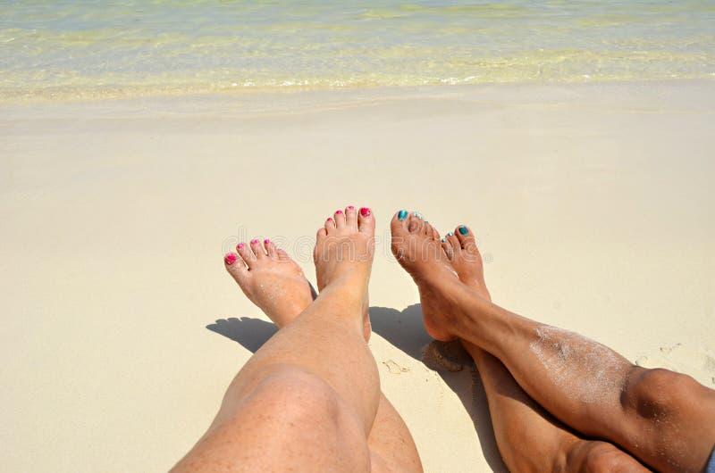 Dedos del pie en la arena en San Pedro, Belice fotografía de archivo libre de regalías