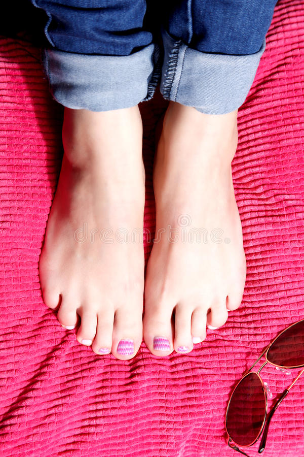 Dedos del pie pintados de moda imagen de archivo libre de regalías