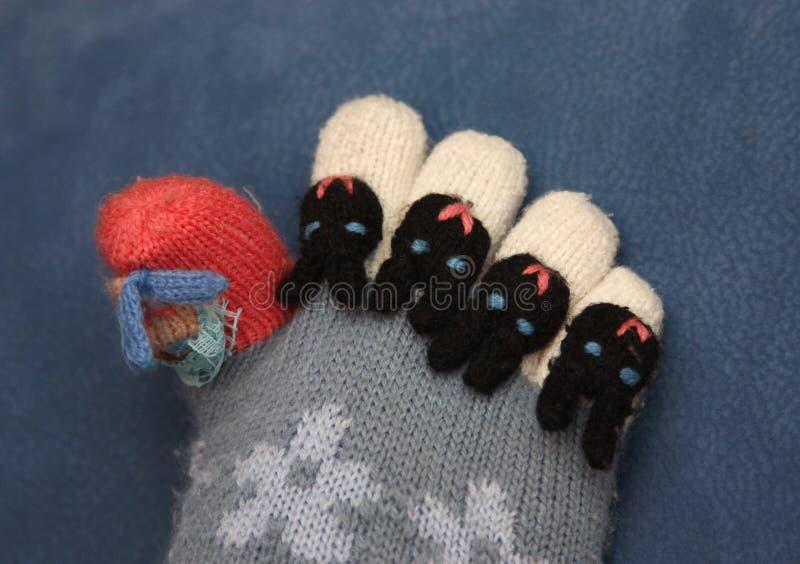 Dedos do pé em peúgas coloridas imagem de stock