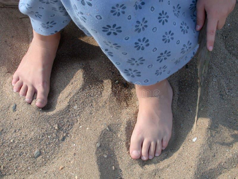 Dedos do pé na areia fotografia de stock royalty free