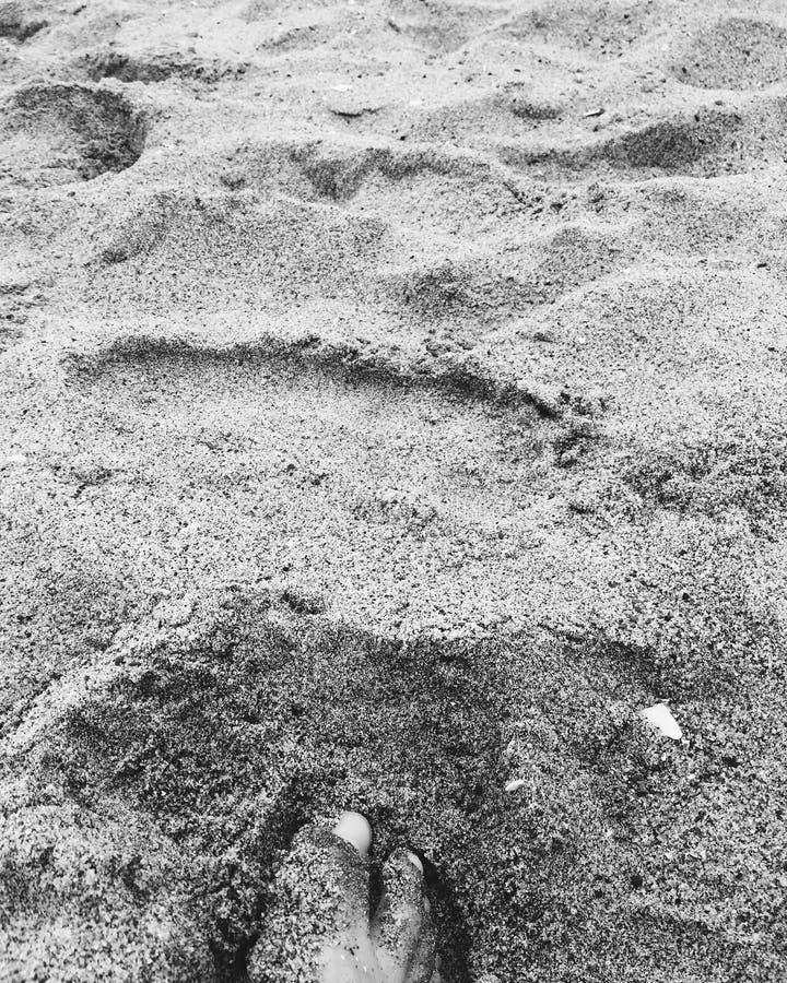 Dedos do pé na areia imagem de stock royalty free