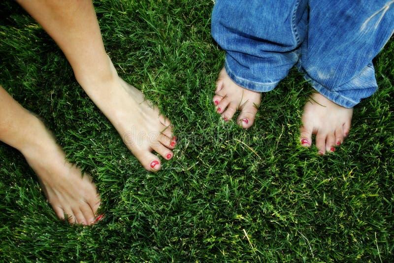Dedos do pé pintados na grama imagens de stock