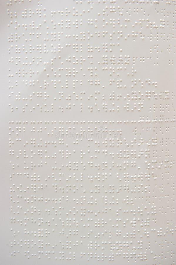 Dedos e braille. os povos cegos leram um livro em braille. imagem de stock royalty free