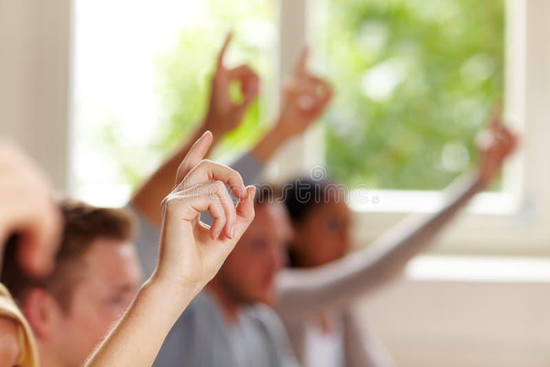 Dedos levantados na classe imagens de stock