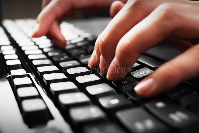 Dedos no teclado imagens de stock royalty free