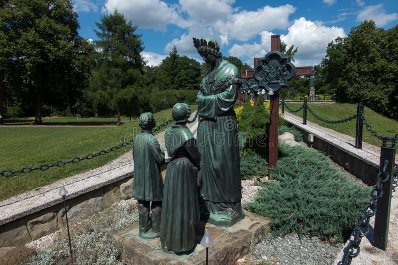 Dedowiec Polen - Juli 20, 2016: Staty av jungfruliga Mary att gråta arkivbilder