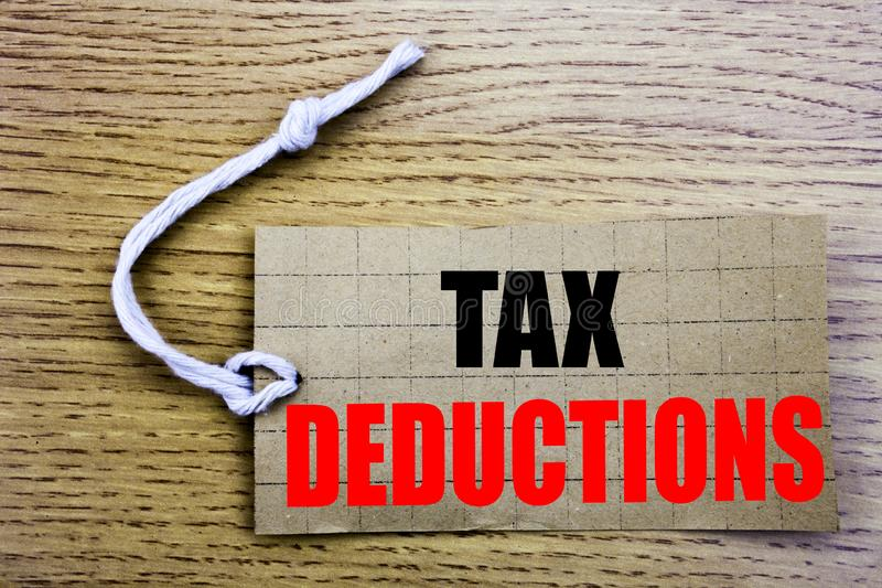 Deduções fiscais Conceito do negócio para a dedução entrante do dinheiro dos contribuintes do saleFinance em linha escrita no pap fotografia de stock
