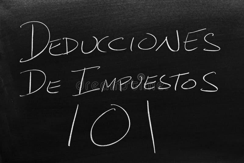 Deducciones De Impuestos 101 em um quadro-negro Tradução: Deduções fiscais 101 imagem de stock