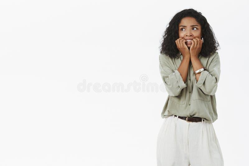 Deed schrikken het meisjes gaande gekke gevoel en bevend van vrees het bijten vingernagels van bezorgdheid kijkend linker intens  stock foto's