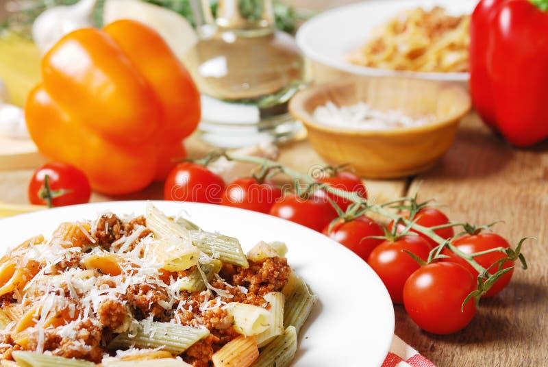 Download Deegwaren Bolognese Op De Houten Lijst Stock Foto - Afbeelding bestaande uit gastronomisch, italiaans: 39105636
