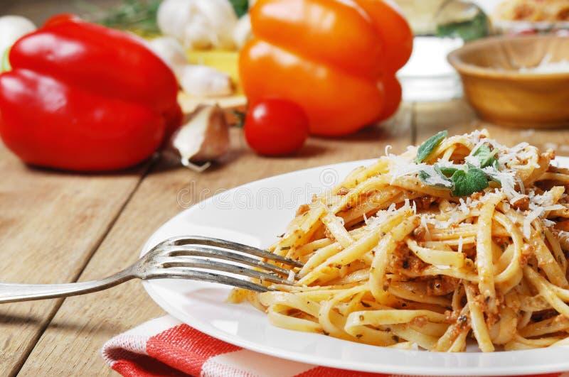 Download Deegwaren Bolognese Op De Houten Lijst Stock Foto - Afbeelding bestaande uit groen, parmesan: 39105682