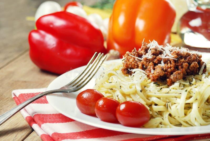 Download Deegwaren Bolognese Op De Houten Lijst Stock Foto - Afbeelding bestaande uit plaat, cuisine: 39105692
