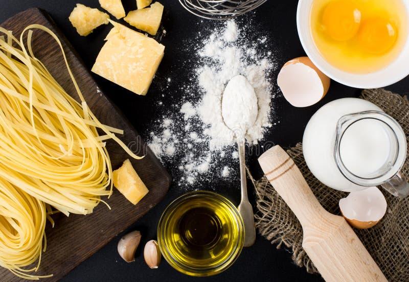 Deegwaren eigengemaakte ruw en ingrediënten voor deegwaren stock afbeeldingen