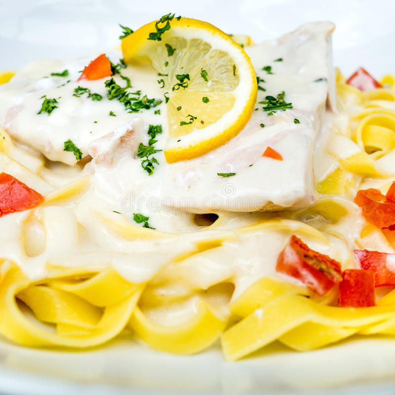 Download Deegwaren En Gerookte Zalm Met Tomaat Stock Afbeelding - Afbeelding bestaande uit rood, restaurant: 39108797