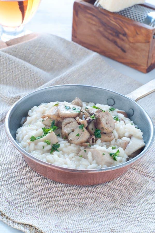 Deegwaren en rijst met porcinipaddestoelen met boter en pa worden gediend die royalty-vrije stock foto's