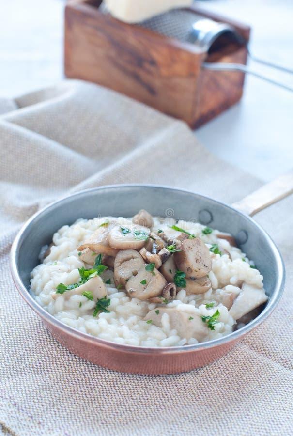 Deegwaren en rijst met porcinipaddestoelen met boter en pa worden gediend die stock foto