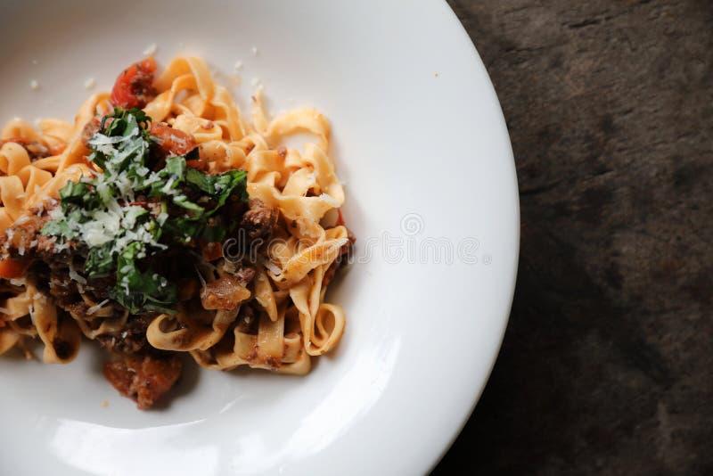 Deegwaren Fettuccine Bolognese met rundvlees en tomatensaus in de donkere lichte stijl van de toonmysticus stock afbeeldingen