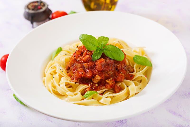 Deegwaren Fettuccine Bolognese met tomatensaus royalty-vrije stock afbeeldingen