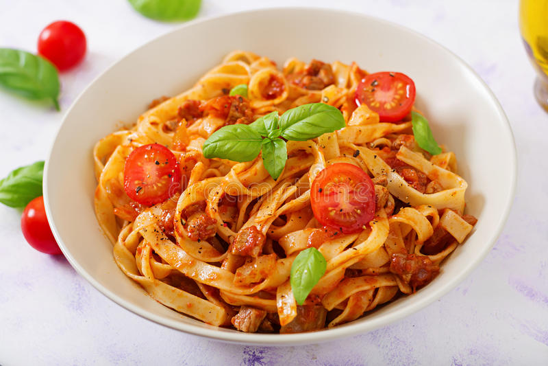 Deegwaren Fettuccine Bolognese met tomatensaus stock afbeelding