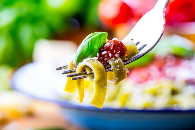 Deegwaren Italiaanse en Mediterrane keuken Deegwaren Fettuccine met de bladerenknoflook van het tomatensausbasilicum en parmezaan royalty-vrije stock foto