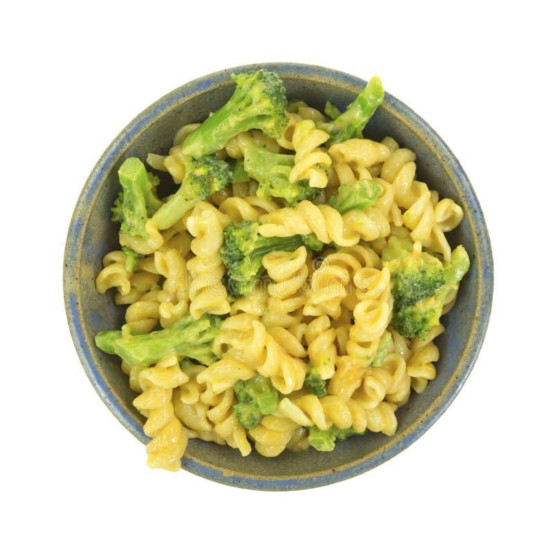Deegwaren in kaassaus met broccoli stock foto